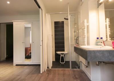 """Photo de la salle d'eau, accès à la douche """"après"""""""